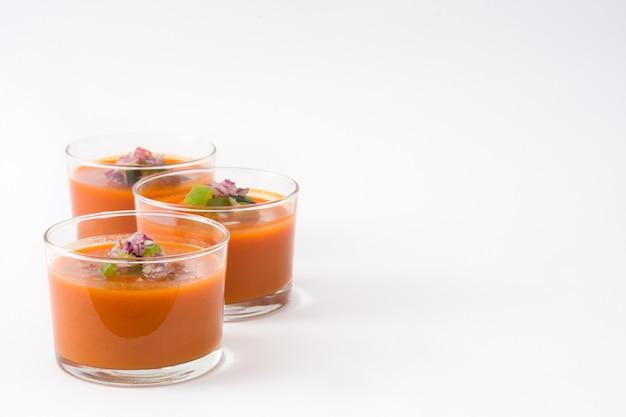 Gazpacho-suppe im glas auf weiß