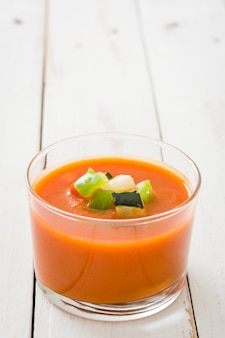 Gazpacho-suppe im glas auf weißem holztisch