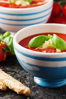 Gazpacho-suppe mit gurke und brot