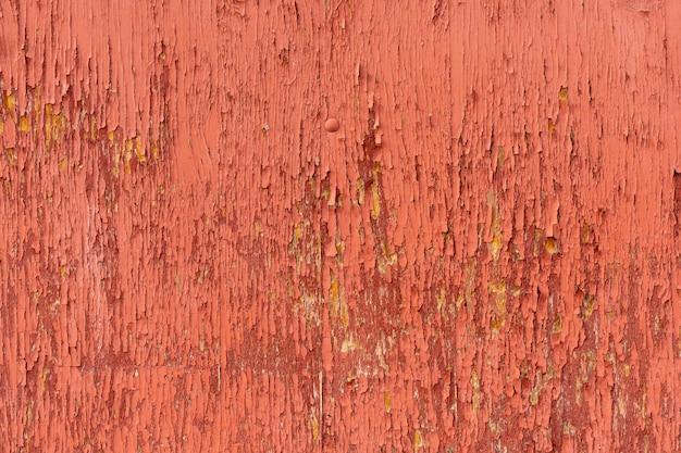 Gealterte holzoberfläche mit abplatzender farbe