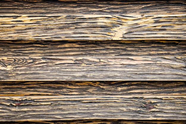 Gealterte holzstruktur. bretter sind schwarz und braun. künstlich gealtertes holz. tiefe textur. das konzept eines alten baumes.