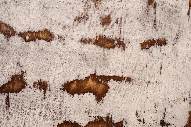 Gealterte mahagoni-arbeitsplatte mit rissiger und ausgefranster weißer farbe