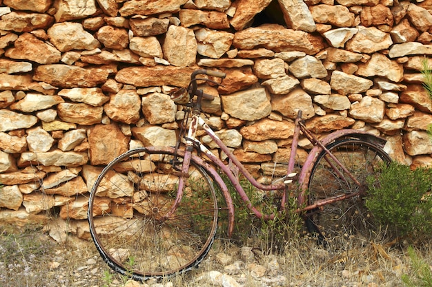 Gealterte verwitterte fahrradweinlesesteinwand