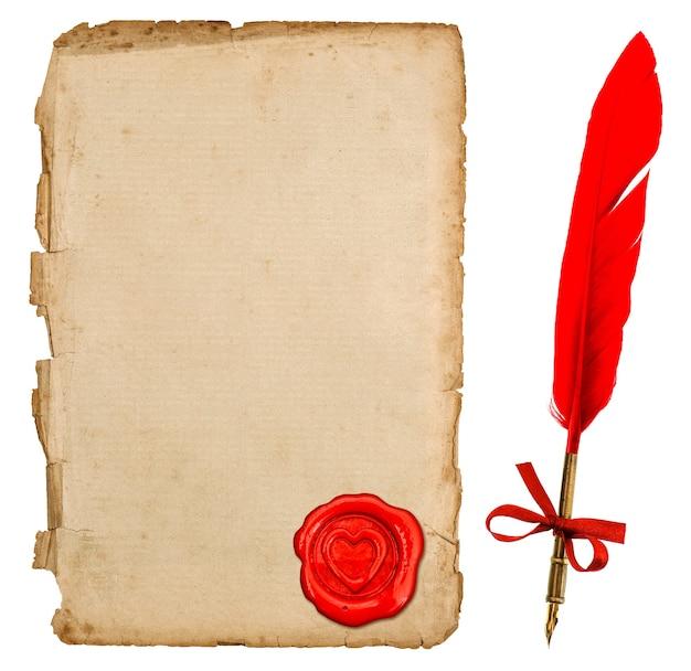 Gealtertes papierblatt mit rotem herzsiegel und weinlesefedertintenstift lokalisiert auf weißem hintergrund. retro-handschriftzubehör für liebesbriefe. valentinstag konzept