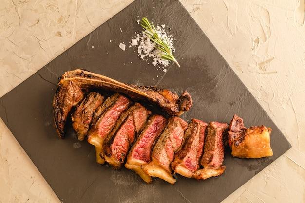 Gealtertes rindfleisch ausschneiden. chuleton rubia gallega