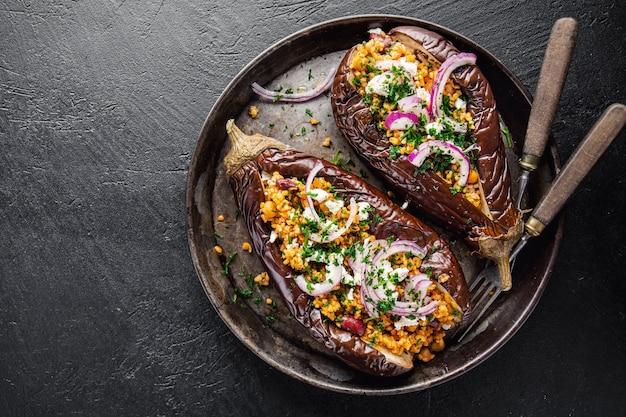 Gebackene aubergine mit bulgur und feta