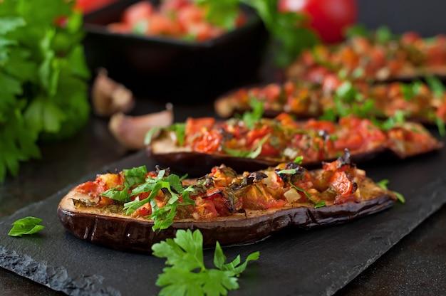 Gebackene aubergine mit tomaten, knoblauch und paprika