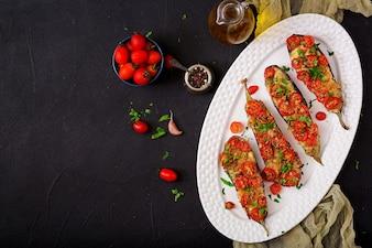 Gebackene Auberginen mit Mozzarella und Tomaten mit italienischen Kräutern.
