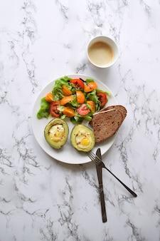 Gebackene avocado mit wachteleiern tomatensalat und brot cappucino cup