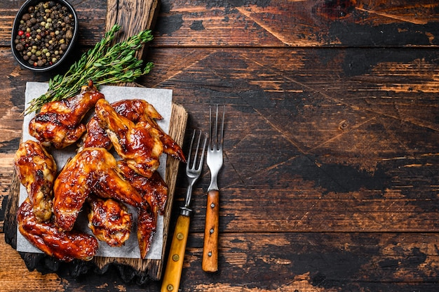 Gebackene bbq chicken wings mit dip-sauce.