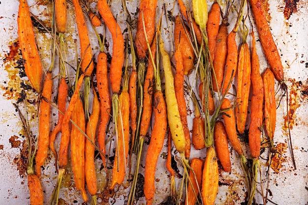 Gebackene bio-karotten mit thymian, honig und zitrone
