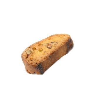 Gebackene biscotti-keksscheibe mit nüssen lokalisiert auf weißem hintergrund, makro