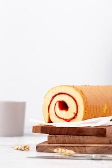Gebackene brötchen mit marmelade auf einem stapel von holzbrettern