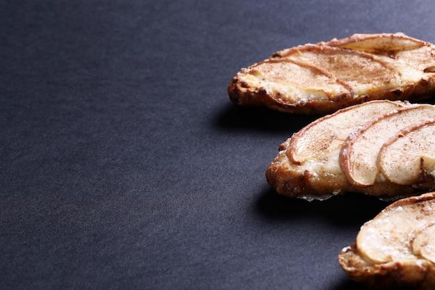 Gebackene croissants mit birnen