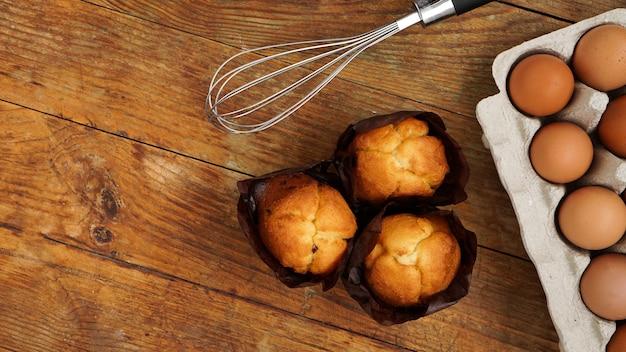 Gebackene cupcakes und muffins auf einer rustikalen holzoberfläche