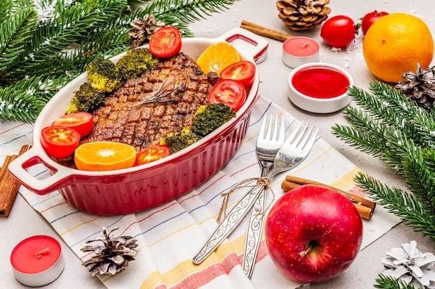 Gebackene entenbrust mit gemüse und soße. weihnachtsessen-konzept, gedeck des neuen jahres.