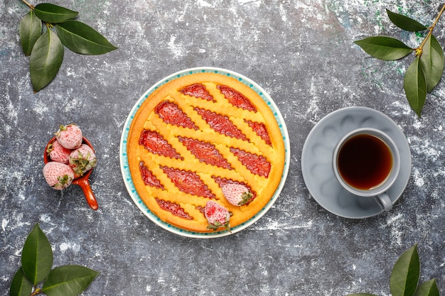 Gebackene erdbeer-marmeladen-kuchen-kuchen-süßes gebäck von oben