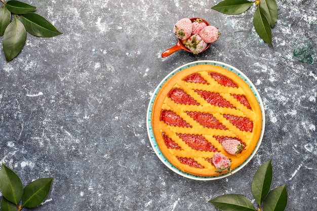 Gebackene erdbeer-marmeladen-kuchen-torte süßes gebäck draufsicht