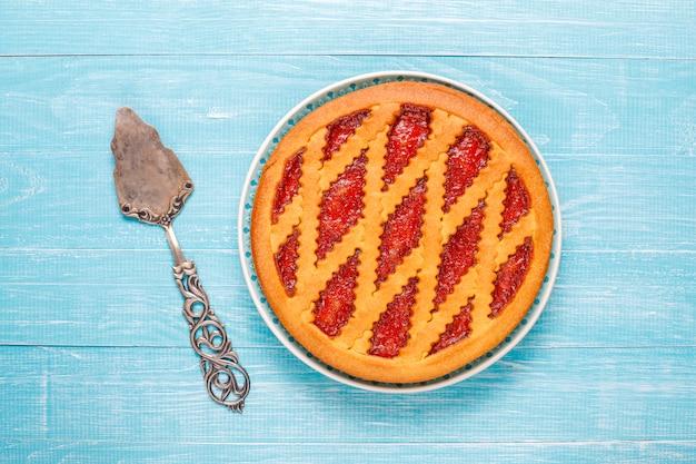 Gebackene erdbeer-marmeladen-kuchen-torte süßes gebäck von oben
