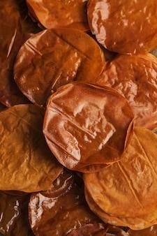 Gebackene filoteigblätter. arabische süßigkeiten.