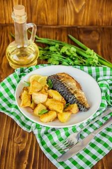 Gebackene fischmakrele und kartoffeln. selektiver fokus