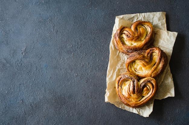 Gebackene frische wohlriechende zimtbrötchen. traditionelle hausgemachte pastriestable.