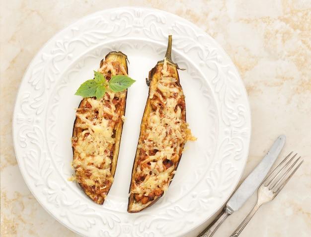 Gebackene gefüllte aubergine mit käse