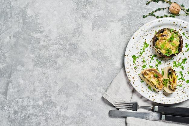 Gebackene gefüllte champignons mit käse, chili und speck