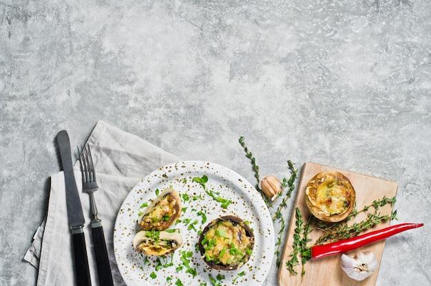 Gebackene gefüllte portobello-pilze