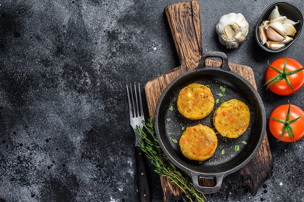 Gebackene gemüse-patties-koteletts für vegane burger. dunkler hintergrund.