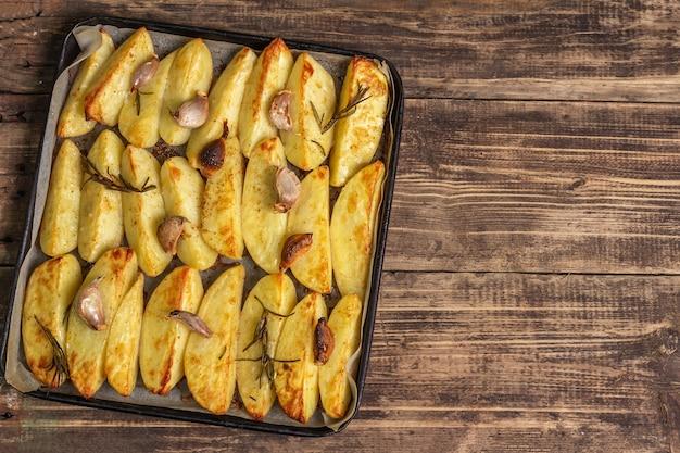 Gebackene gewürzkartoffelstücke in einer backform