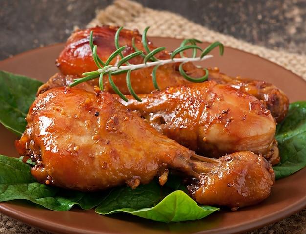 Gebackene hähnchenkeulen in honig-senf-marinade