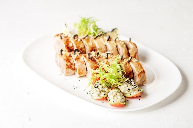Gebackene hühnerbrötchen mit champignons und tomaten. draufsicht weiß