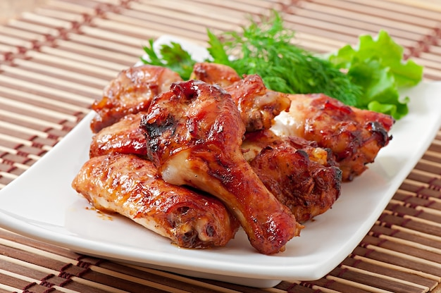 Gebackene hühnerflügel im asiatischen stil