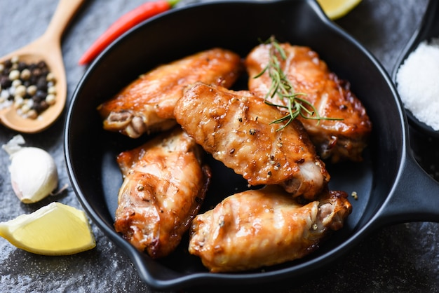 Gebackene hühnerflügel mit sauce und kräutern und gewürzen