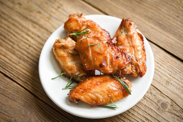 Gebackene hühnerflügel mit saucenkräutern und gewürzen