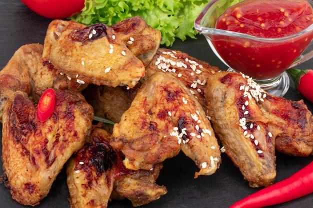 Gebackene hühnerflügel mit sesam und süßer chilisauce