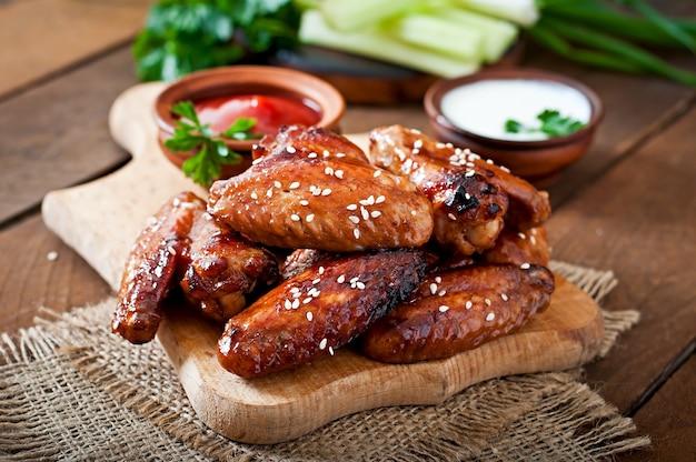 Gebackene hühnerflügel mit teriyaki-sauce