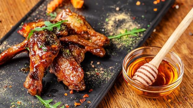 Gebackene hühnerflügel und -beine in honigsenfsauce.
