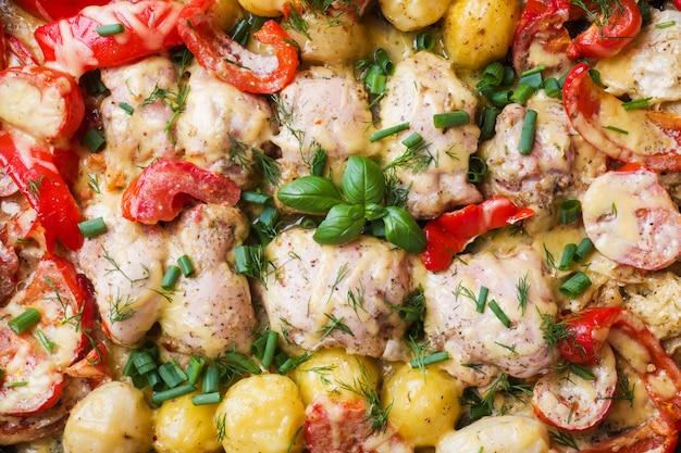 Gebackene hühnerschenkel, kartoffeln und gemüse, abschluss oben