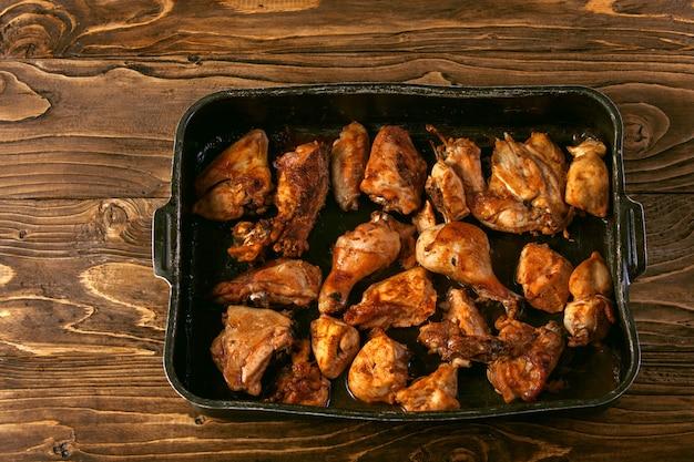 Gebackene hühnerstücke auf backblech