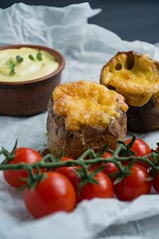 Gebackene junge kartoffeln im speckmantel.
