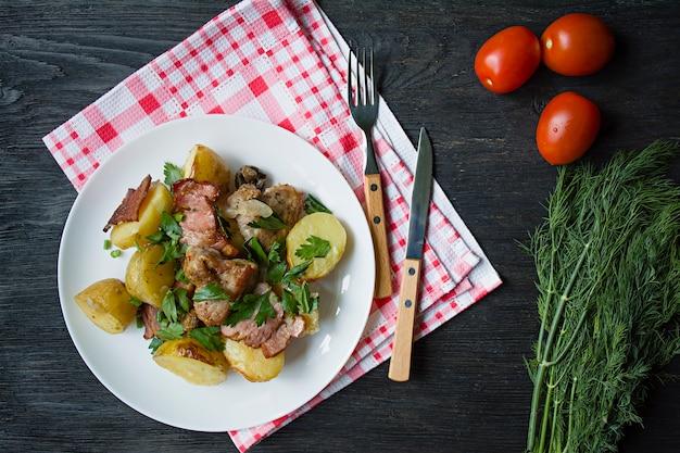 Gebackene junge kartoffeln mit fleisch und gemüse.