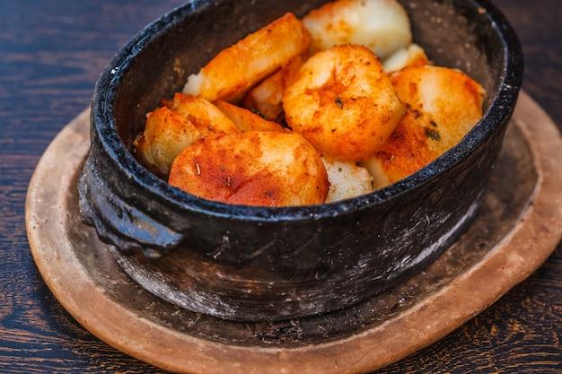 Gebackene kartoffel des nationalen balkan-lebensmittels auf dem tisch im restaurant