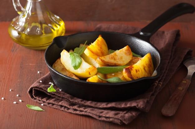 Gebackene kartoffelschnitze in der schwarzen pfanne