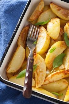 Gebackene kartoffelschnitze in emaille-auflaufform