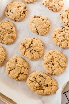 Gebackene kekse auf tablett