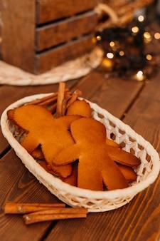Gebackene kekse in korbanordnung
