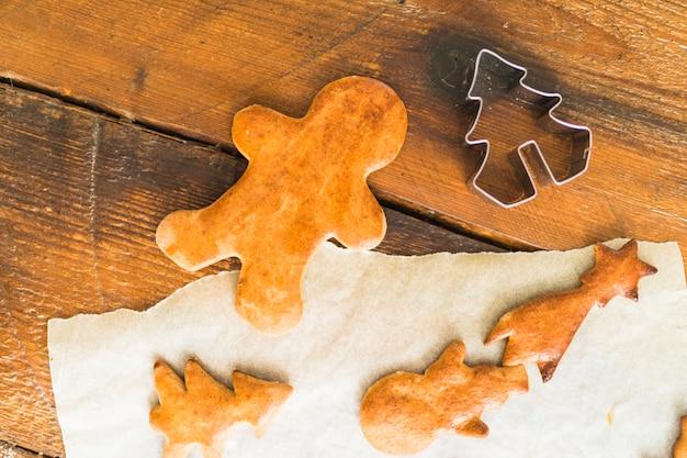 Gebackene kekse in verschiedenen formen nahe form für plätzchen