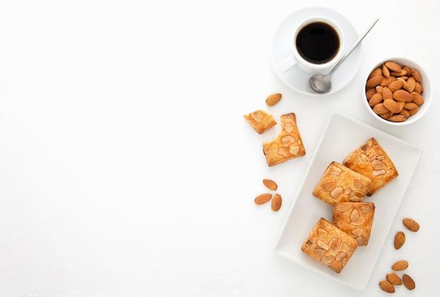 Gebackene kekse mit mandeln draufsicht kopienraum